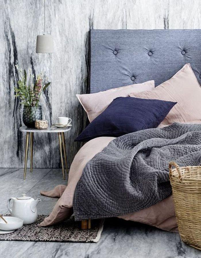 Un oreiller bleu marine