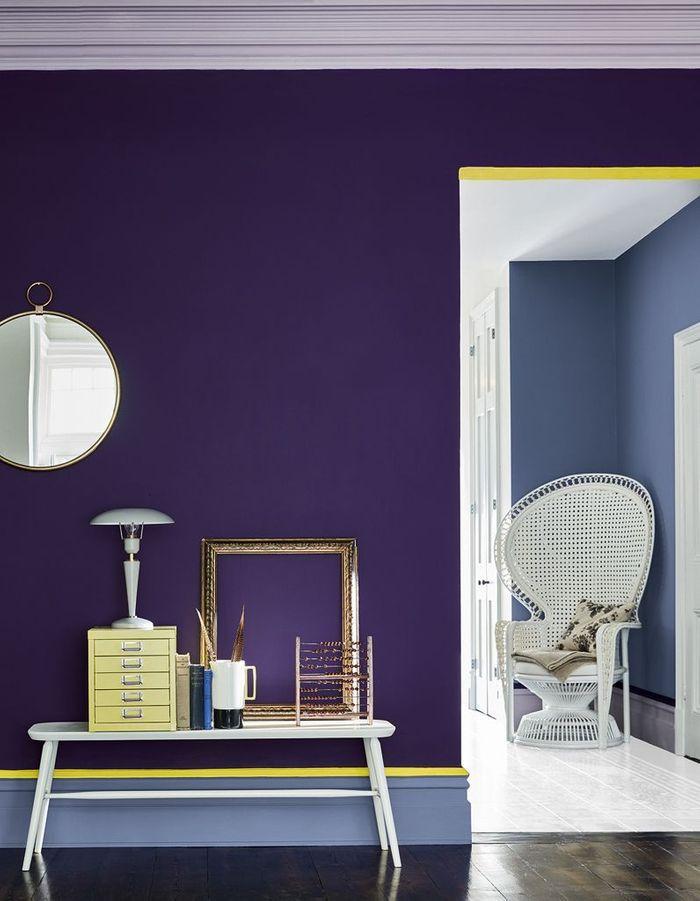 Un couloir qui décline le violet