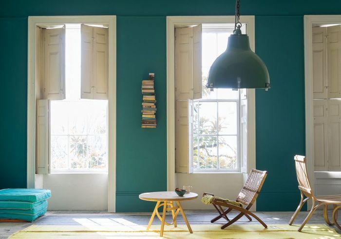 Des murs bleu lagon contrastés par du mobilier jaune