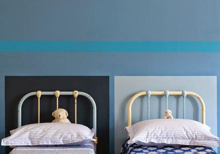 Des murs graphiques bleus pour une chambre d'enfant zen