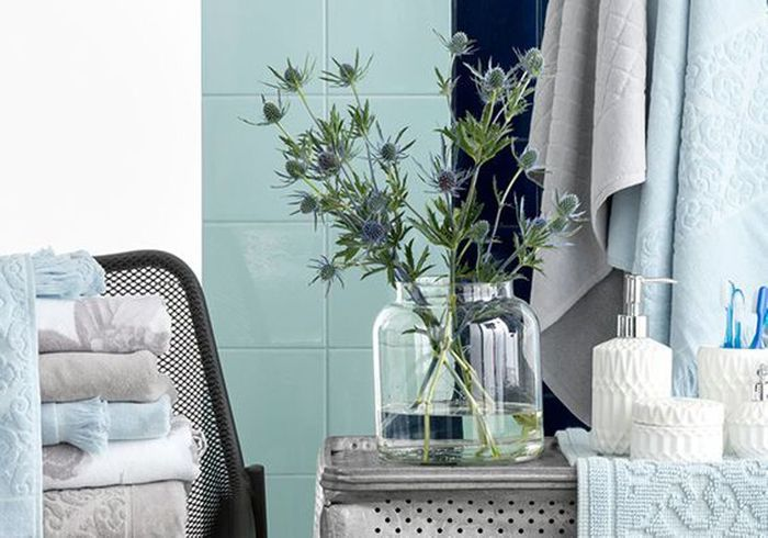Du linge de toilette et un carrelage bleu azurin pour faire le plein de fraîcheur