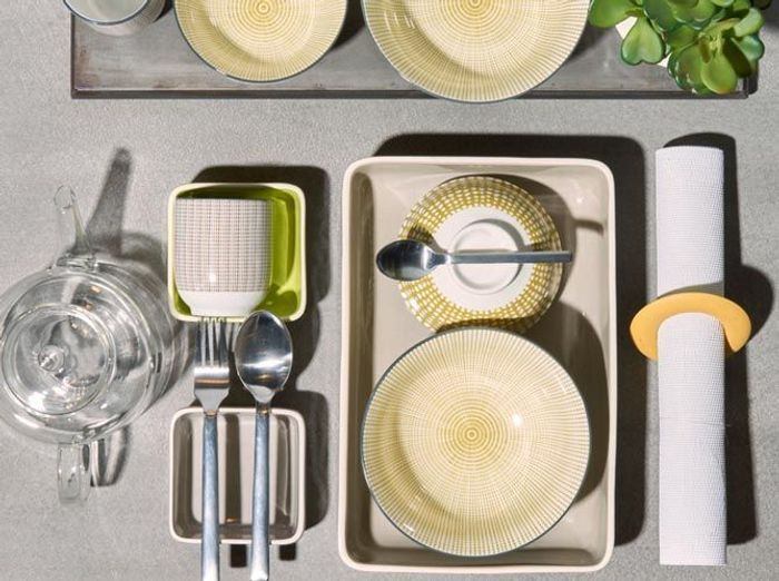 De la vaisselle jaune pâle