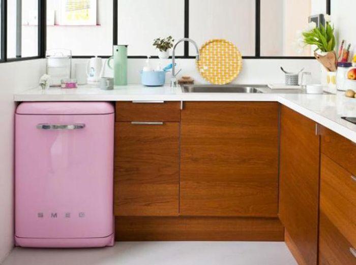 Cuisine contemporaine au réfrigérateur rose