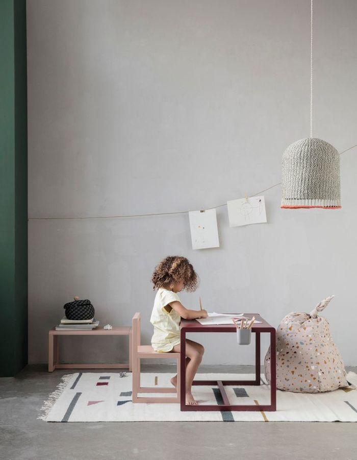 Bureau pour enfant minimaliste
