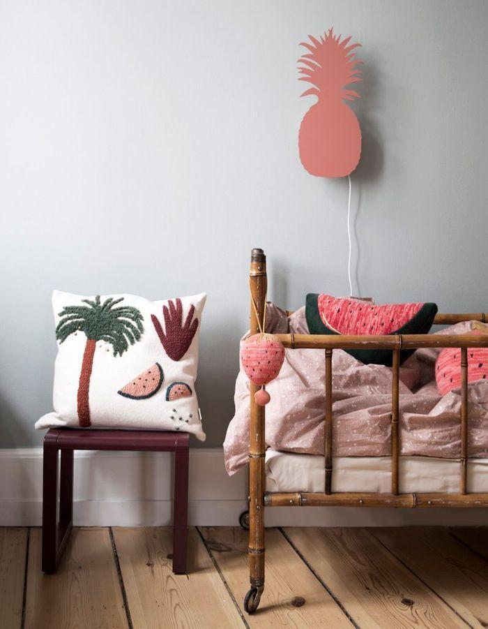 Une chambre d'enfant zen grâce au mur vert de gris associé à du parquet