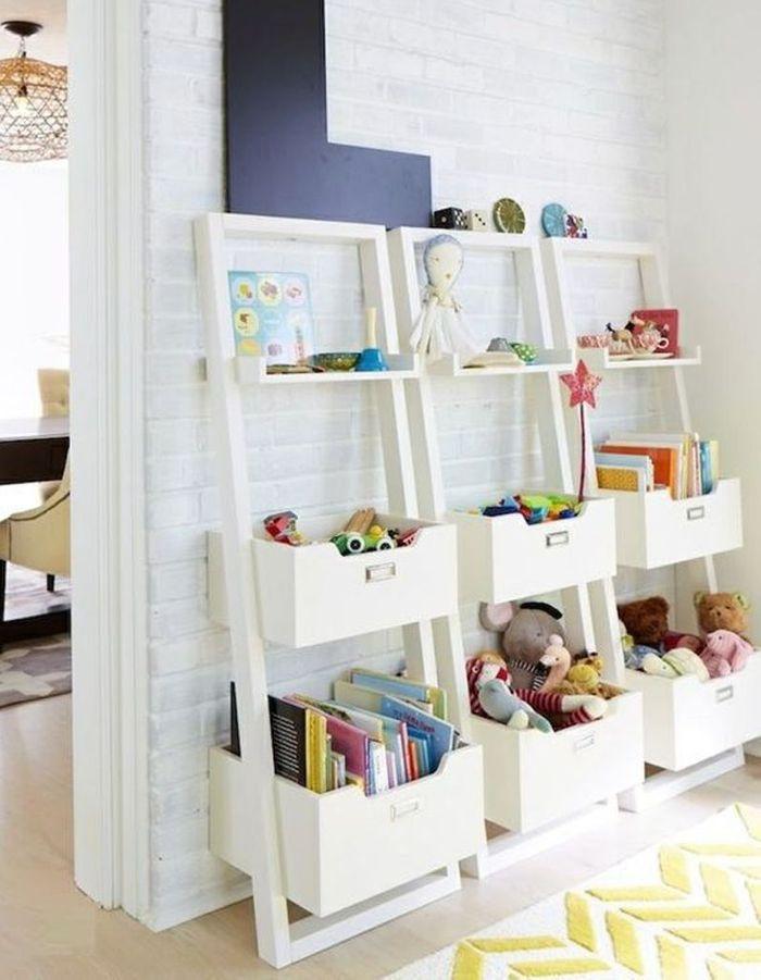 Des livres pour enfants rangés sur des étagères murales