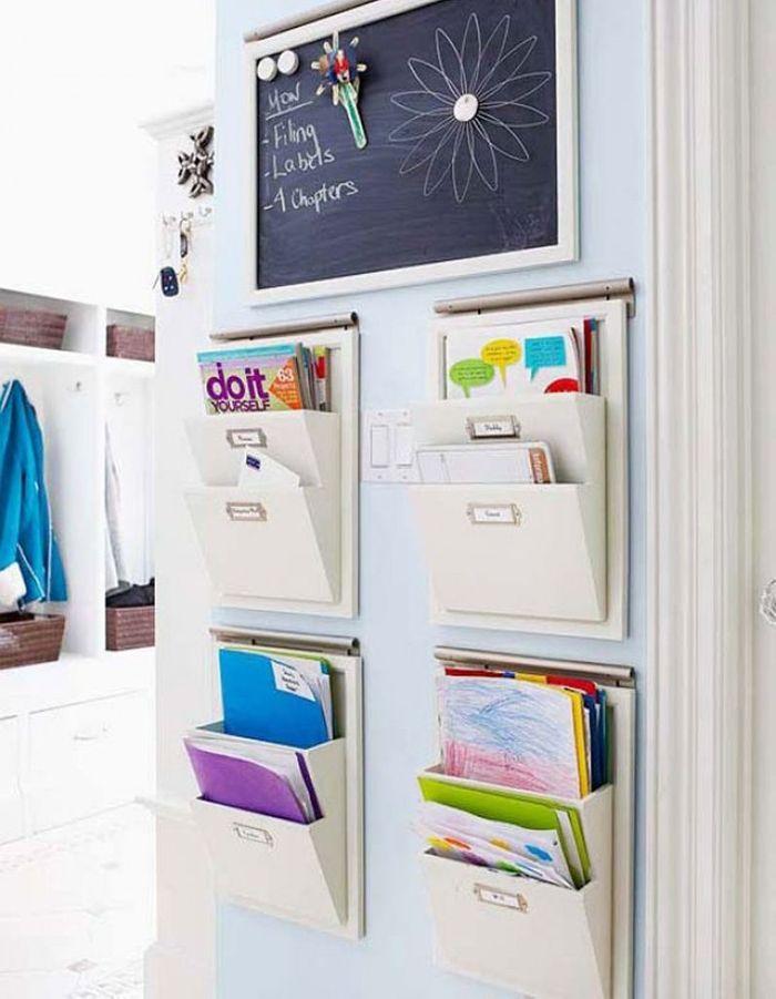 Ranger les affaires scolaires via des organiseurs accrochés aux portes