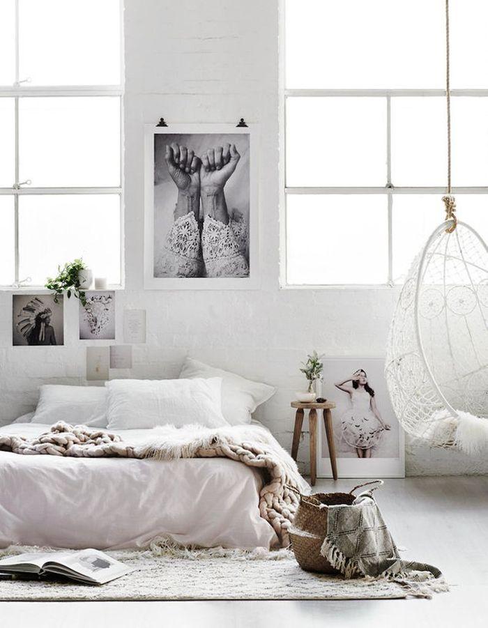 Un mur d'inspiration (photos, dessins, affiches...) au-dessus du lit