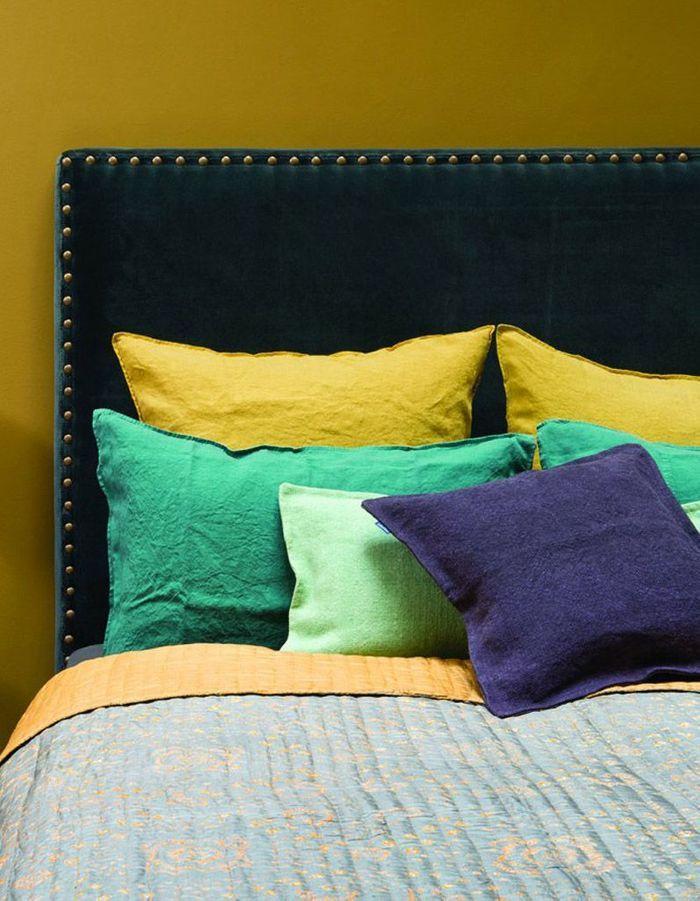 Une tête de lit recouverte de tissu en velours