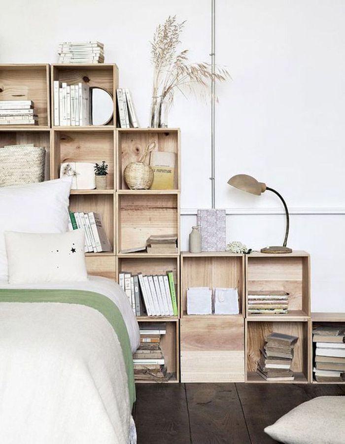 Une tête de lit composée de caisses en bois
