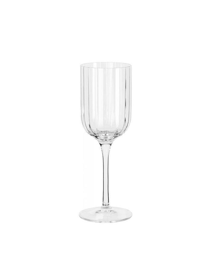 Des verres à vin à stries pour une déco de table de Saint-Valentin distinguée