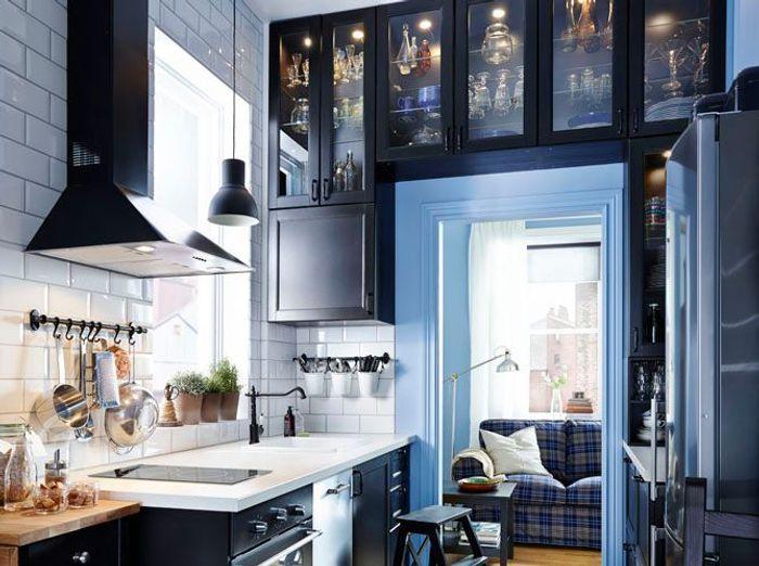 une petite cuisine avec rangements en hauteur ikea with rangement cellier ikea. Black Bedroom Furniture Sets. Home Design Ideas