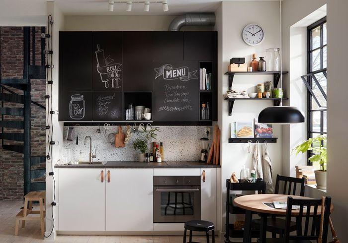 Des placards de cuisine pratiques avec des façades façon ardoise