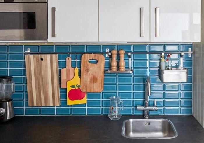 Fixez des barres de crédence aux murs pour des ustensiles à portée de main