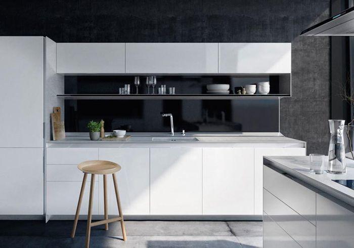 Cuisine noire et blanche adoucie par du mobilier en bois