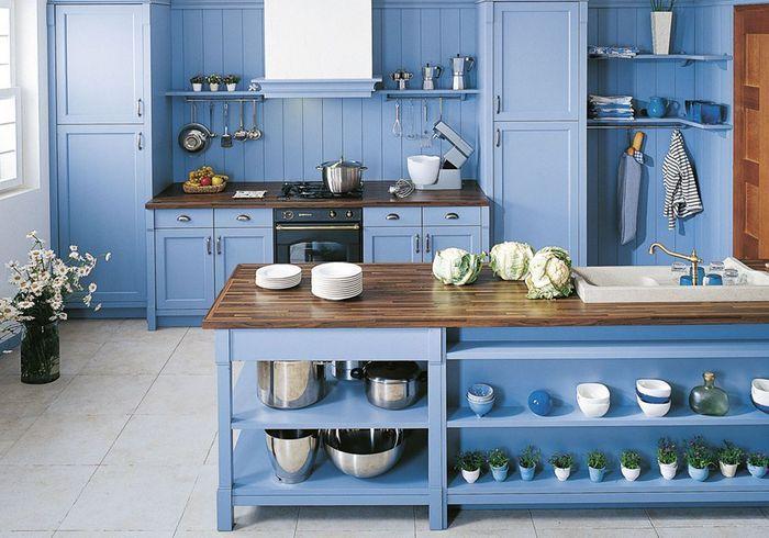 Une cuisine ouverte délimitée par la couleur