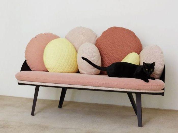 Un petit canapé à coussins
