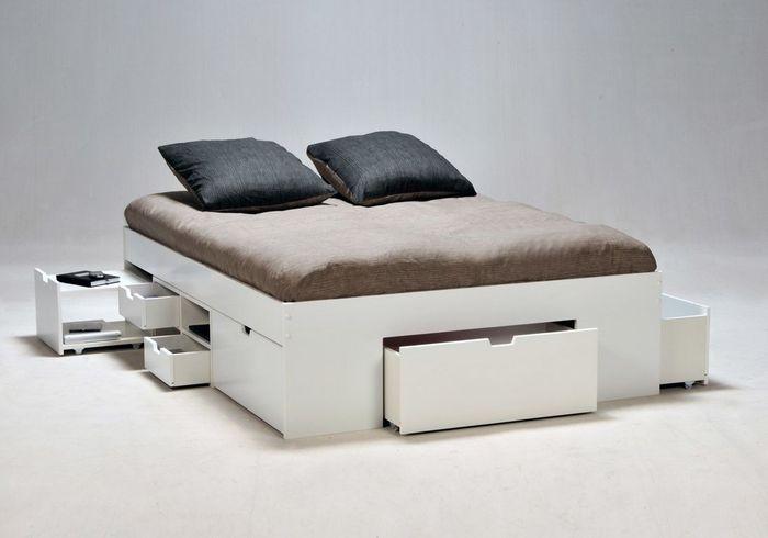 Un lit avec chevets et tiroirs intégrés pour gagner plein de rangements