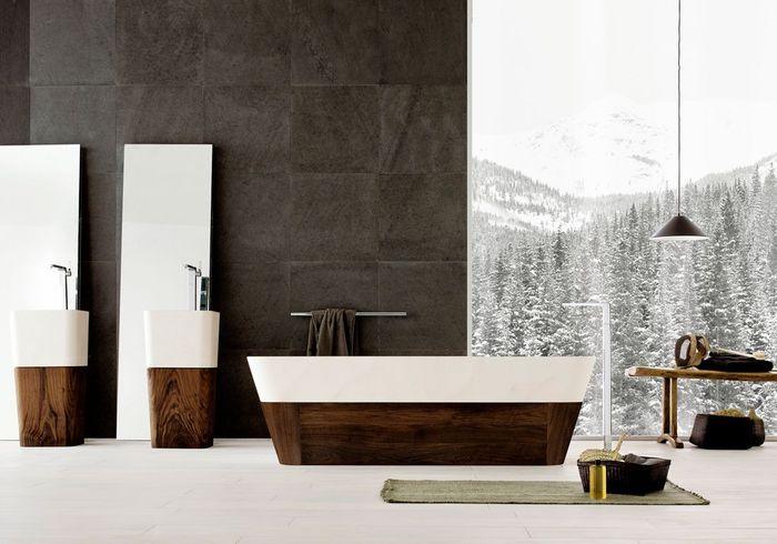 Admirez la vue grâce à de grandes baies vitrées dans votre salle de bains