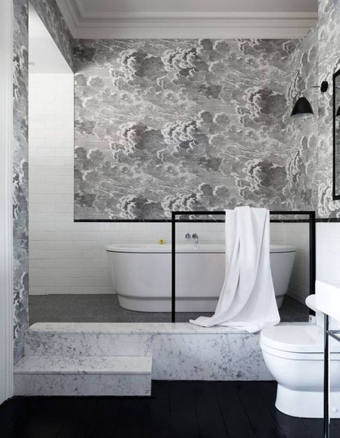 Laissez-vous tenter par du papier peint dans la salle de bains