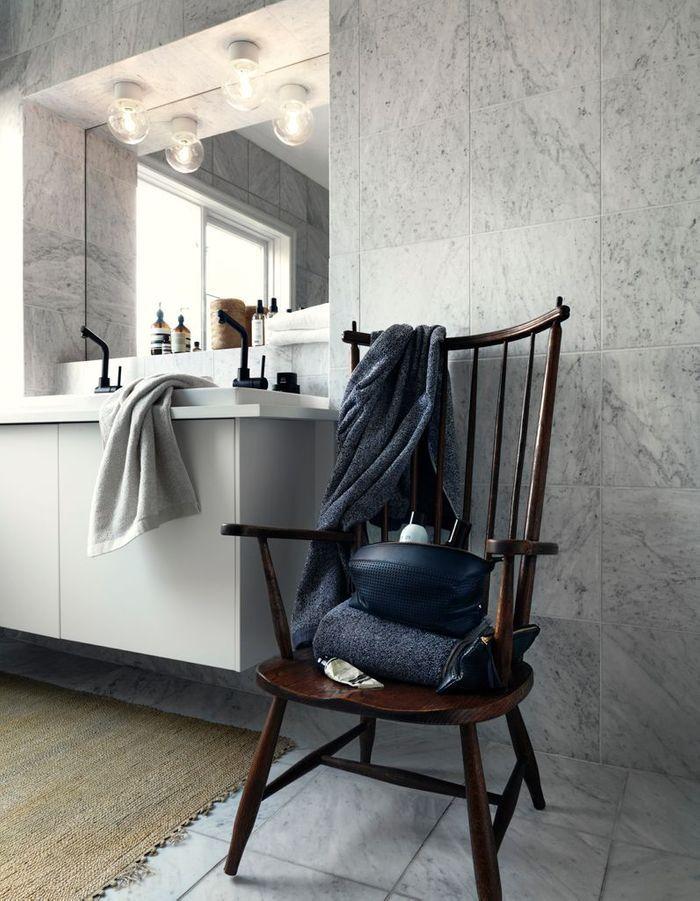 Une salle de bains design qui oppose marbre et bois foncé