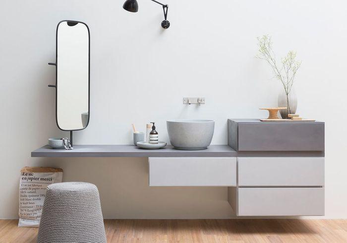 Une salle de bains design avec meuble asymétrique