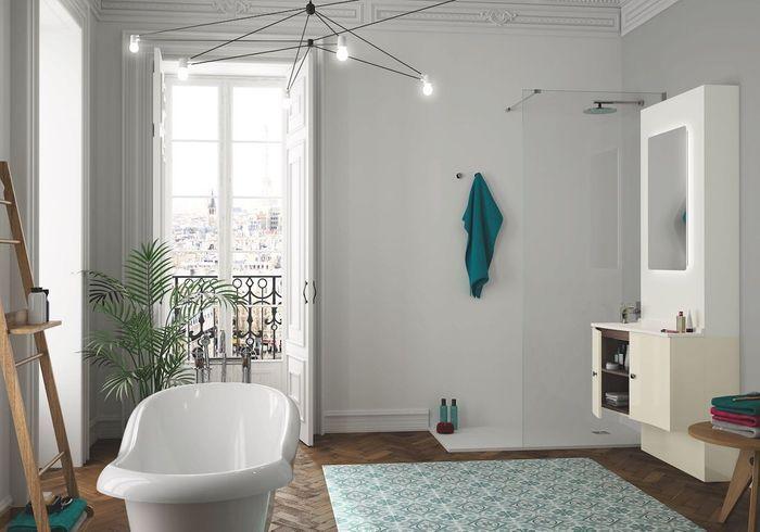Une salle de bains design spacieuse