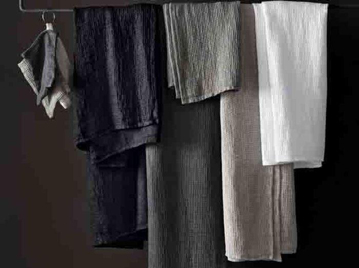 a chaque style de salle de bains son linge de toilette elle d coration. Black Bedroom Furniture Sets. Home Design Ideas