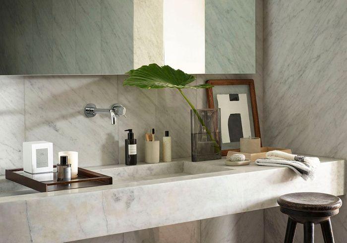 Une feuille XXL dans un joli vase posé sur la vasque de la salle de bains