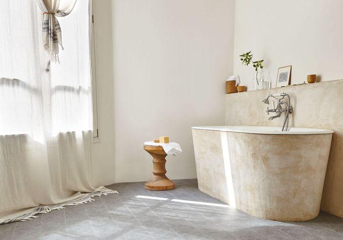 Un sol de salle de bains effet granit