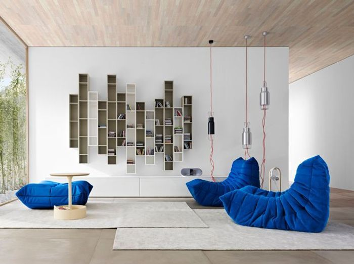 Blanc et bleu Klein pour un salon contemporain
