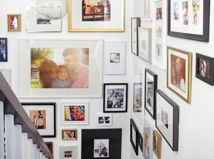 Accrochez vos photos aux murs avec style elle d coration - Deco salon avec escalier ...