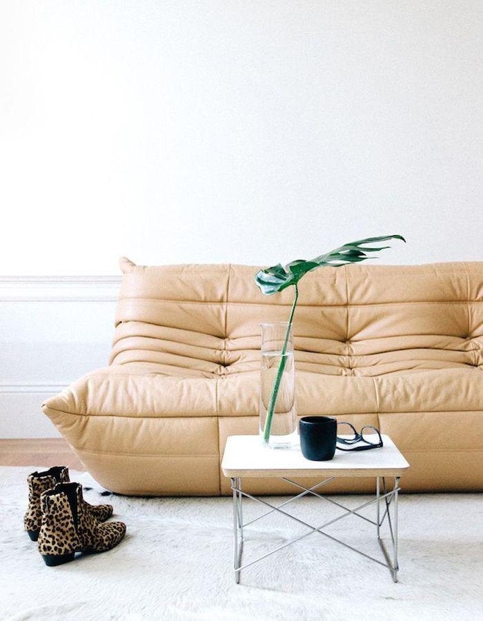 La canapé Togo en cuir beige dans un salon blanc