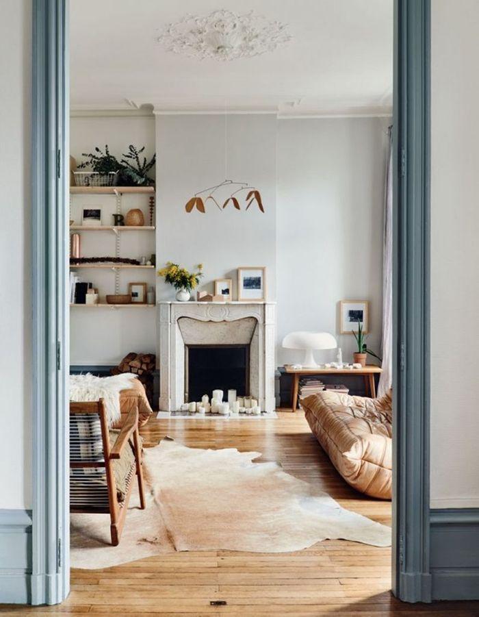 Le canapé et le pouf Togo en cuir beige qui matchent avec le parquet en bois clair