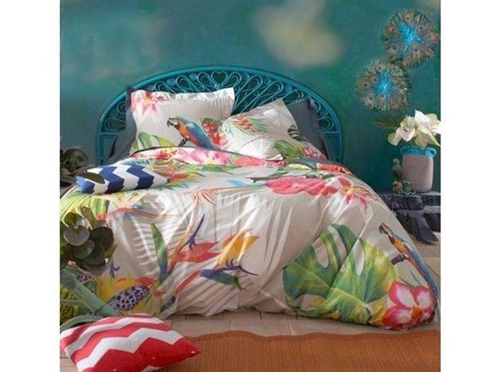 Une parure de lit avec perroquets pour effet tropical garanti