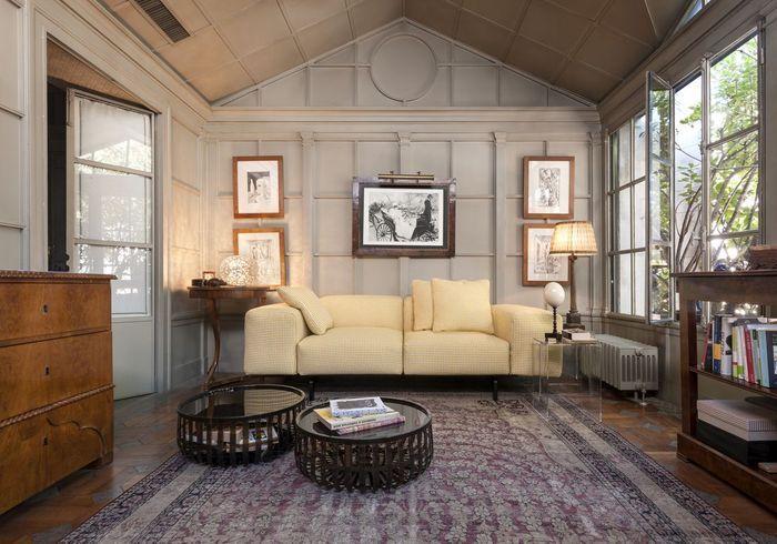 Salon avec canapé jaune à motif pied de poule