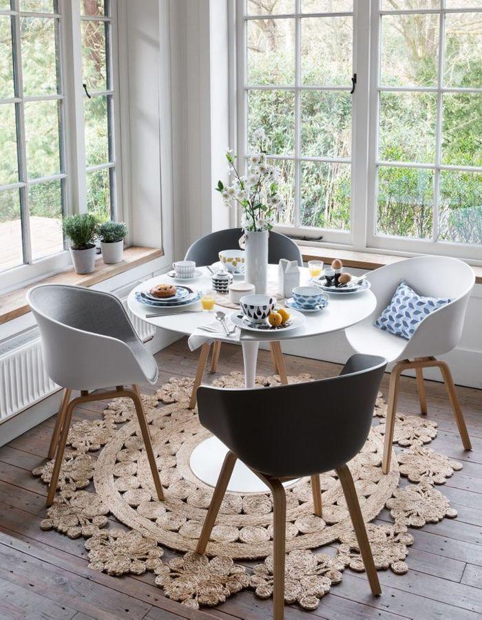 La table Tulipe mise en valeur par un tapis ethnique