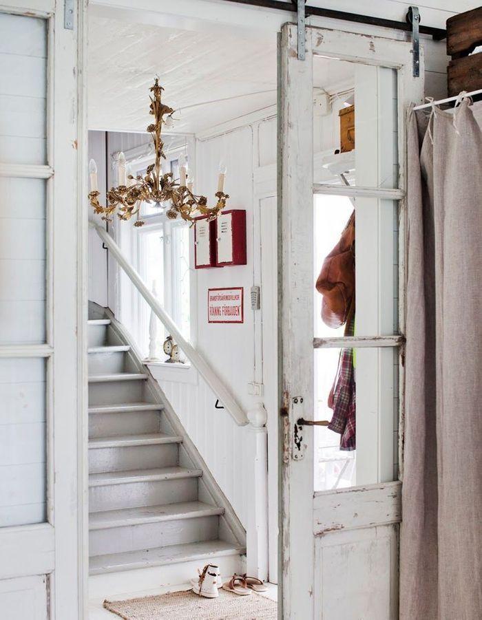 Une double porte vitrée en bois patiné