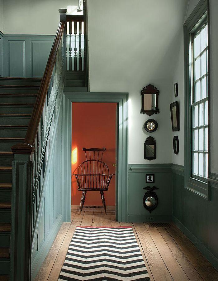 Peindre les soubassements et les boiseries du hall d'entrée de la même couleur que ceux de la cage d'escalier pour un escalier déco