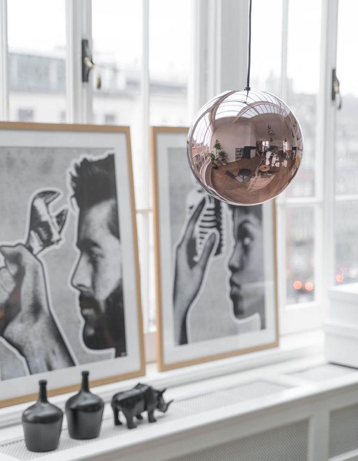 Un rebord de fenêtre habillés de tableaux