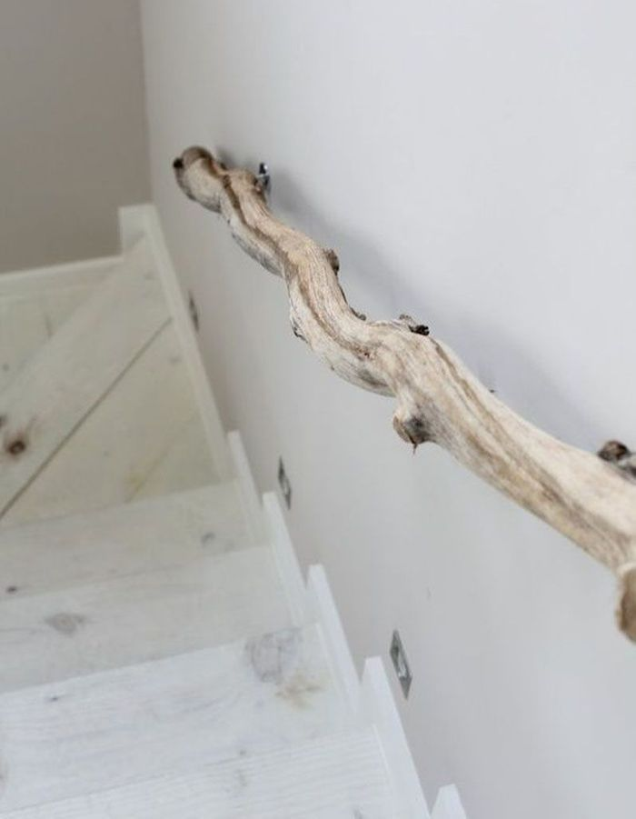Twister son escalier avec une rampe en bois flotté