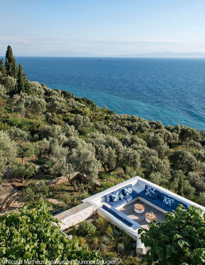 Une terrasse qui surplombe la Mer Egée sur l'île de Skopelos