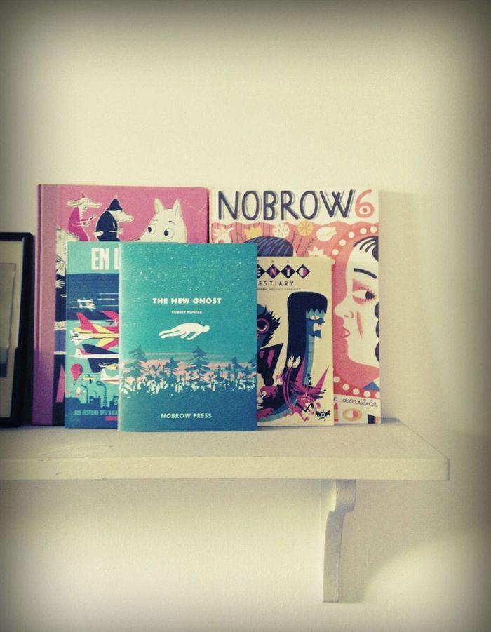 Les livres de face sur une étagère