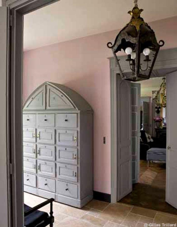 Chez chantal thomass les dessous sexy du classicisme for Meuble porte de la chapelle