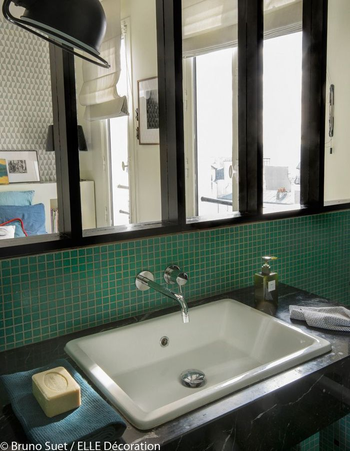 Un appartement perch sur les hauteurs de montmartre for Salle bain verriere