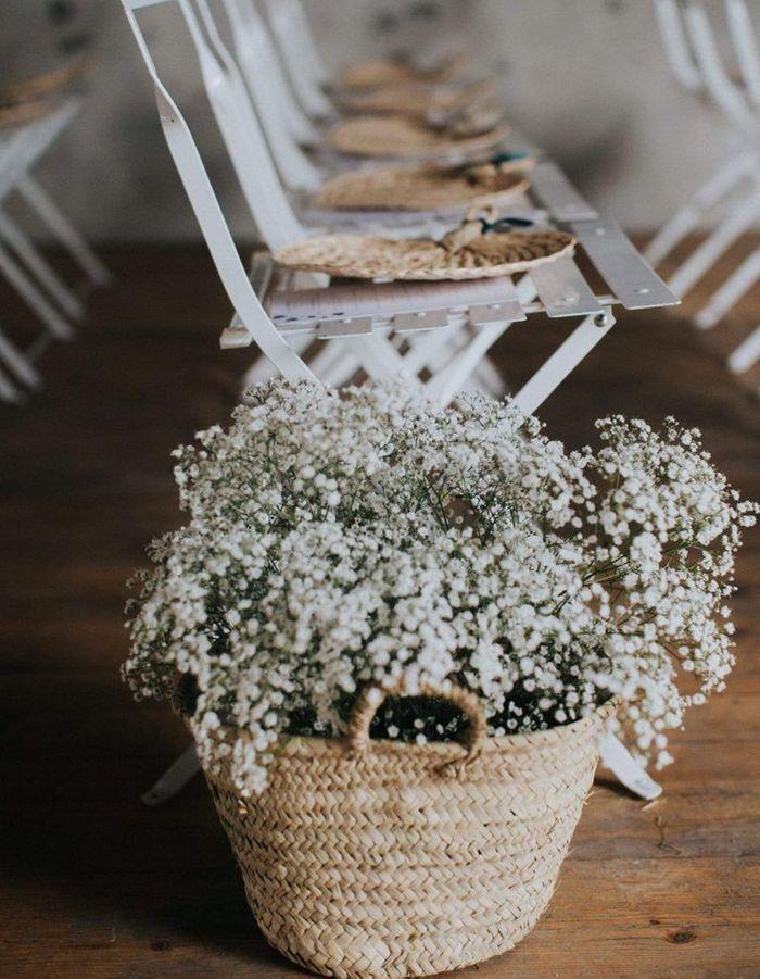 Déposer des paniers remplis de gypsophile pour fleurir la cérémonie de mariage sans énorme budget