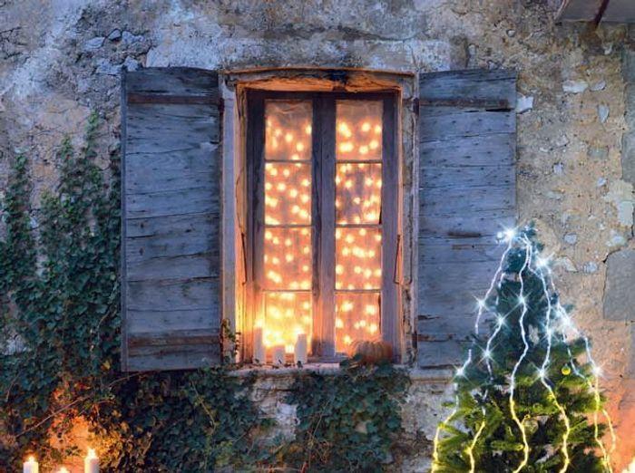 Un rideau lumineux fixé sur le haut de la porte