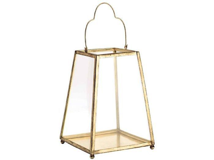 Une lanterne dorée calée contre la porte