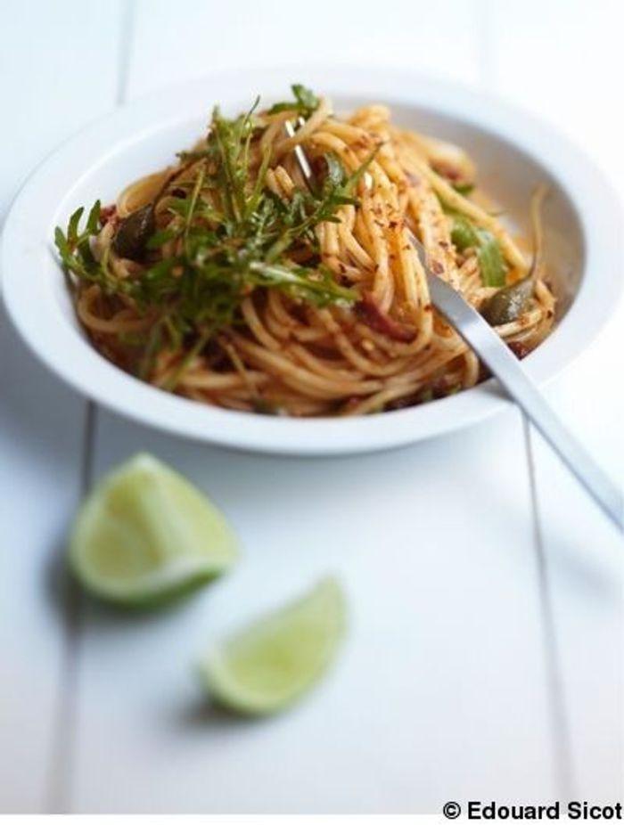 Spaghetti aux tomates séchées, citron vert, câpres