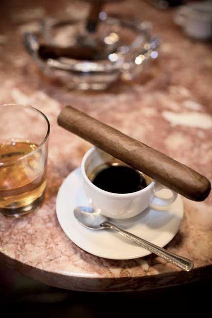 Pour s'essayer à leur café, fort et sucré ou au Havana Club, un de leurs célèbres rhums.